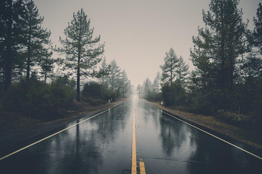 Bodenmarkierung auf einer Straße bei Regen