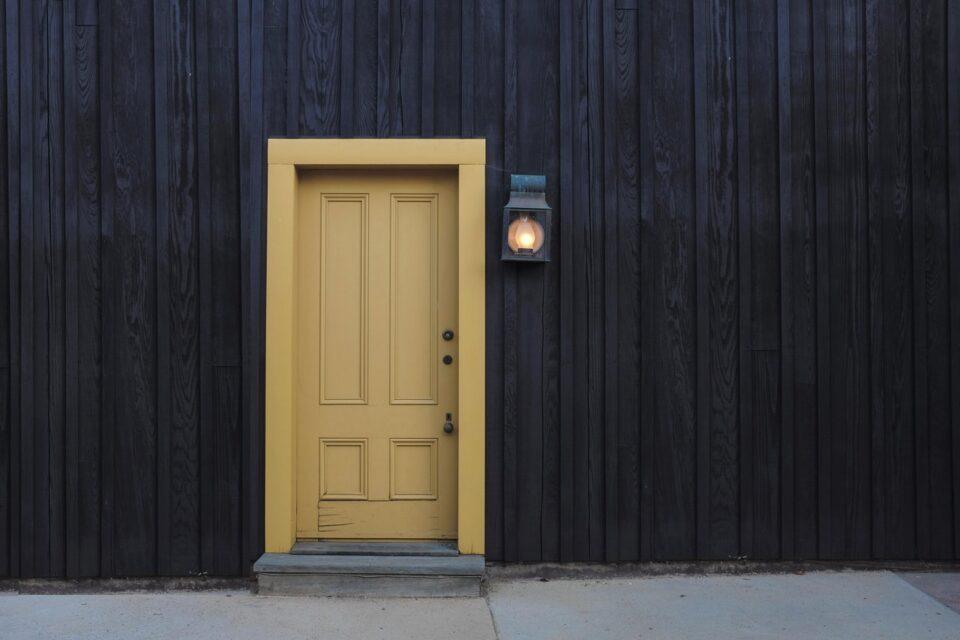 Tür und Fassade
