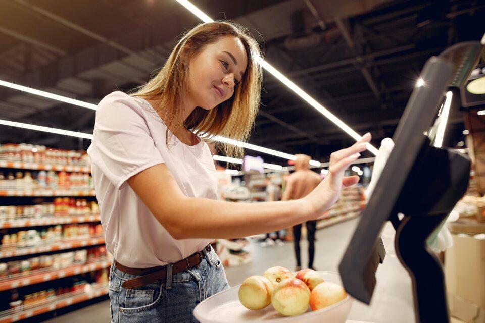 Frau an einer Supermarktwaage