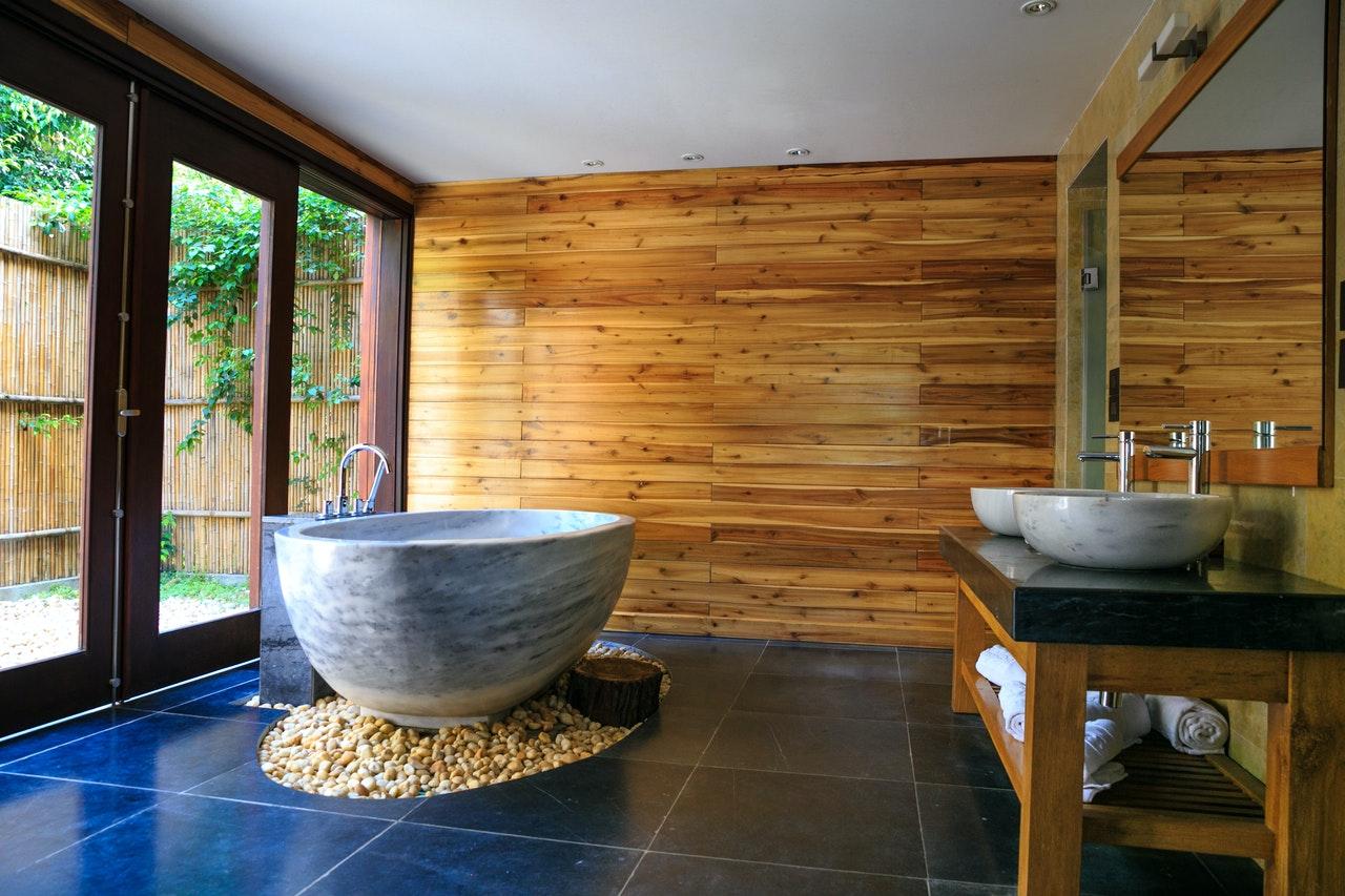 Holzfassase im Badezimmer
