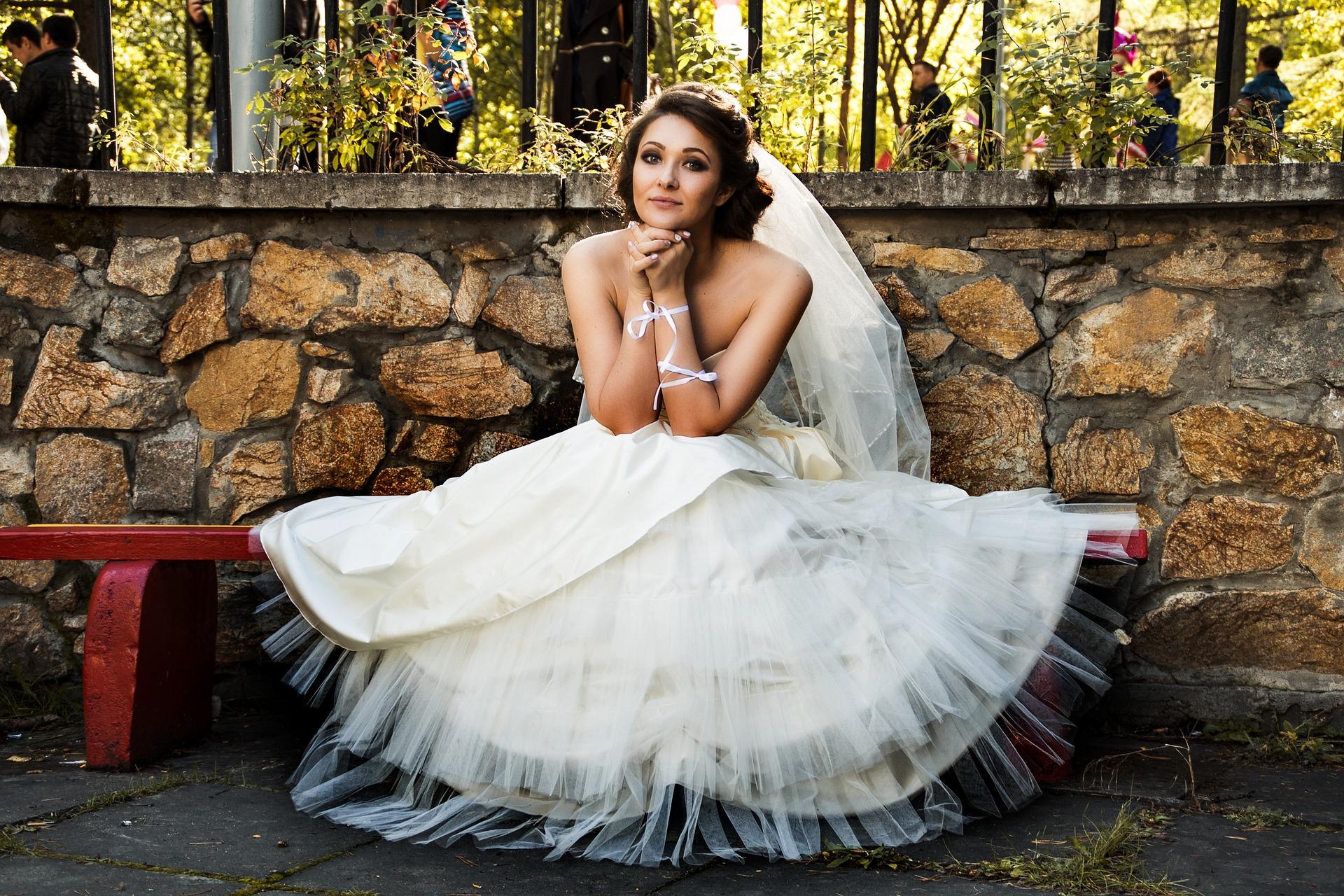 Braut auf einer Bank